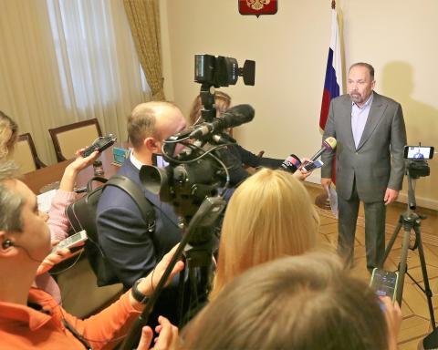 Михаил Мень: Депутаты Госдумы единогласно приняли во втором чтении законопроект о прямых договорах